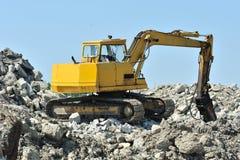 Excavatrice jaune de rupteur en pierre sur le site images libres de droits