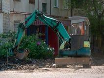 Excavatrice Making et construction d'une nouvelle route goudronnée près de ci image libre de droits