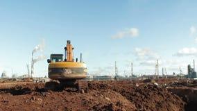 Excavatrice puissante Digs Ground de jaune de vue de postérieur avec le seau banque de vidéos