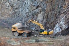Excavatrice remplissant camion image stock
