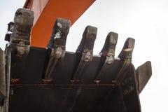 Excavatrice se tenant avec le seau abaissé photos libres de droits