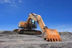 Excavatrice sur le ciel bleu Photographie stock libre de droits