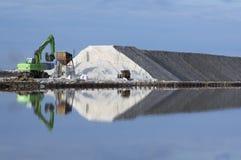 Excavatrice sur une usine de sel Photographie stock