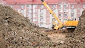 Excavatrice, travail de grue de construction sur la construction banque de vidéos