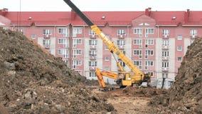 Excavatrice, travail de grue de construction sur la construction clips vidéos