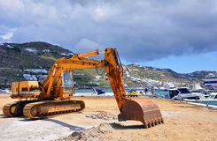 Excavatrice travaillant au dock de marine de construction Photographie stock libre de droits