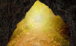 Excave con la salida a la trayectoria y a la luz del sol imagen de archivo