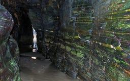 Excave el interior en el Playa de las Catedrales en Galicia imagenes de archivo