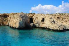Excave en el mar Mediterráneo en la isla de Chipre foto de archivo
