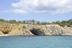 Excave en la playa rugosa de la isla de Thassos en Grecia foto de archivo