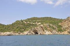 Excave en la playa rugosa de la isla de Thassos en Grecia imagen de archivo libre de regalías