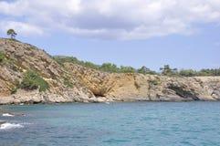 Excave en la playa rugosa de la isla de Thassos en Grecia fotos de archivo