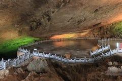 Excave en la región escénica de Jiuxiang en Yunnan en China El área de las cuevas de Thee Jiuxiang está cerca del bosque de piedr imagenes de archivo