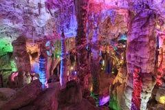 Excave en la región escénica de Jiuxiang en Yunnan en China El área de las cuevas de Thee Jiuxiang está cerca del bosque de piedr imagen de archivo