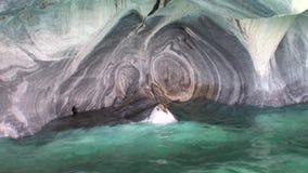 Excave a general Carrera del acantilado en montaña en la Patagonia la Argentina Lago Buenos Aires almacen de metraje de vídeo
