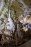 Excave las estalactitas, las estalagmitas, y otras formaciones en la cueva de mármol, Crimea foto de archivo libre de regalías