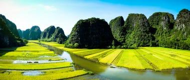 Excave los barcos turísticos en Tam Coc, Ninh Binh, Vietnam imagen de archivo