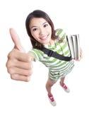 Excelencia - los pulgares de la estudiante suben gesto de mano Fotografía de archivo libre de regalías