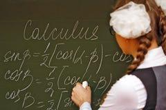 Excellent étudiant dans le calcul de salle de classe Images stock