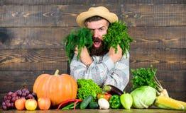 Excellent homme de récolte de qualité avec la barbe fière de son fond en bois de récolte Les engrais organiques font la récolte photo libre de droits