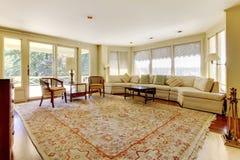 Excellent salon avec la couverture décorative, les meubles et une cheminée photos stock