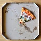 Excellente pizza fraîche avec du fromage, le lard et les épinards dans une boîte La livraison de la nourriture au téléphone à la  Images libres de droits
