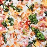 Excellente pizza fraîche avec du fromage, le lard et les épinards dans une boîte La livraison de la nourriture au téléphone à la  Photo stock