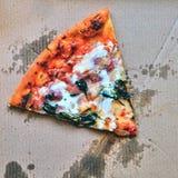 Excellente pizza fraîche avec du fromage, le lard et les épinards dans une boîte La livraison de la nourriture au téléphone à la  Photo libre de droits
