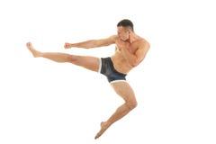 Excellente pose de combat de boxeur intense d'homme avec un coup-de-pied photos libres de droits