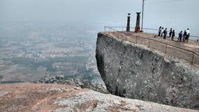 Excellente vue de roche de montagne avec le pilier de dévotion photographie stock libre de droits