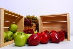 Excellents raisins et poire mûrs de pommes image stock