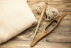 Excellents vieil axe en bois du mocap deux avec une boule de fil de laine pour la fabrication des fils de laine sur un fond en bo Photos stock