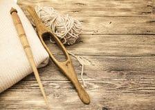 Excellents vieil axe en bois du mocap deux avec une boule de fil de laine pour la fabrication des fils de laine sur un fond en bo Photographie stock