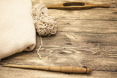 Excellents vieil axe en bois du mocap deux avec une boule de fil de laine pour la fabrication des fils de laine sur un fond en bo Image stock
