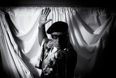 Excentrisk konstnär med den lyftta handen Fotografering för Bildbyråer