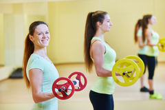 Excercises фитнеса с гантелями Стоковые Изображения RF