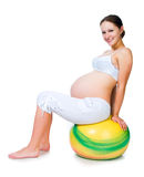 Excercises de femme enceinte avec la bille gymnastique Photographie stock libre de droits