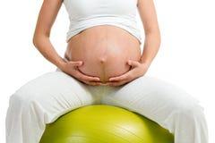 Excercises de femme enceinte avec la bille gymnastique Images stock