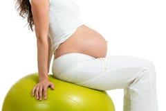 Excercises de femme enceinte avec la boule d'ajustement Photographie stock libre de droits