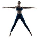 Excercises de la aptitud de la mujer que saltan la silueta Imagen de archivo