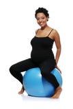 Excercises de la mujer embarazada con la bola gimnástica Foto de archivo libre de regalías