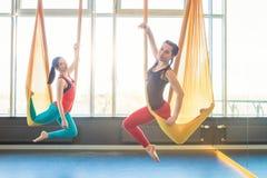 Excercises de la yoga del aire de la mosca del deporte Foto de archivo libre de regalías