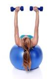 excercising konditionkvinna för boll Arkivbild
