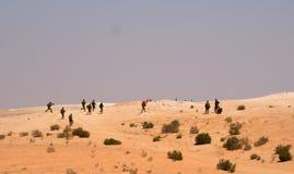 Excersice israelí de los soldados en un desierto Imagenes de archivo