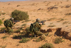 Excersice israelí de los soldados en un desierto Fotografía de archivo libre de regalías