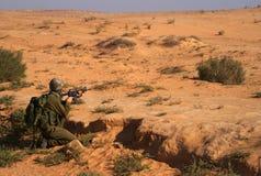 Excersice israelí de los soldados en un desierto Foto de archivo libre de regalías