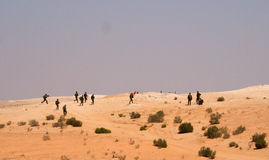 Excersice israeliano dei soldati in un deserto Immagini Stock