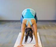 Excersise femenino de la yoga en una estera blanca Fotos de archivo libres de regalías