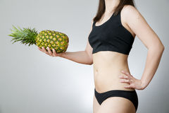 Exceso de peso de las mujeres con la piña fotografía de archivo