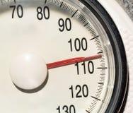 Exceso de peso en escalas Fotos de archivo